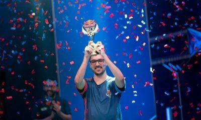 Felipe 'DAT BF' Gonçalves ergue o troféu e comemora o título do Red Bull SoloQ (Crédito: Foca/Riot Games)